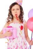 Fröhliches Mädchen mit Ballonen und Geschenkkasten Stockfoto