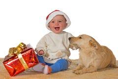 Fröhliches Schätzchen, das Weihnachten mit Hund genießt stockfoto