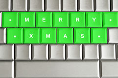 Fröhliches Weihnachten buchstabiert auf einer metallischen Tastatur lizenzfreie abbildung