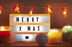 Fröhliches Weihnachten-lightbox und Weihnachtsdekorationen mit Kerzen lizenzfreies stockbild