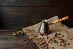 Fröskida för turkiskt kaffe med ett trähandtag Arkivbild