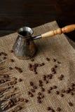 Fröskida för turkiskt kaffe med ett trähandtag Royaltyfria Bilder