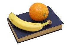 Früchte auf Buch Stockfoto