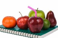 Früchte auf Buch Lizenzfreies Stockfoto