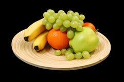 Früchte auf dem Bambusteller Lizenzfreies Stockfoto