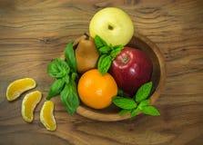 Früchte auf dem hölzernen Teller Stockfotografie