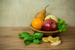 Früchte auf dem hölzernen Teller Stockbilder