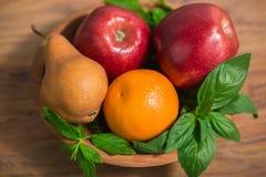 Früchte auf dem hölzernen Teller Stockbild