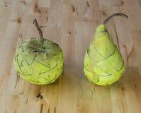Früchte auf dem Tisch gemacht vom Bast Stockfoto