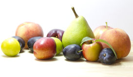 Früchte auf dem weißen Hintergrund. Stockbilder