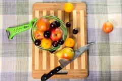 Früchte auf der Tabelle Stockbild