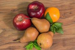 Früchte auf der Tabelle Lizenzfreies Stockfoto