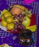 Früchte auf einem Angebotaltar Lizenzfreies Stockbild