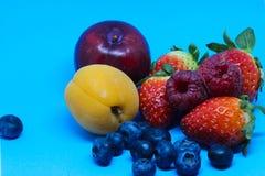 Früchte auf einem blauen Hintergrund 2 Stockfotografie