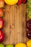 Früchte auf einem hölzernen Hintergrund Stockfotografie