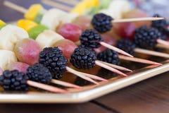 Früchte auf einem Zahnstocher Lizenzfreie Stockfotos