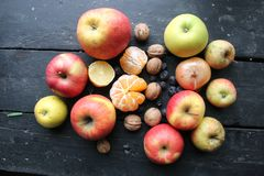 Früchte auf einer alten Weinlesetabelle, -zwiebeln und -nüssen liegen lizenzfreies stockbild
