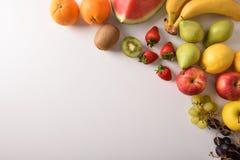 Früchte auf einer diagonalen Draufsicht der weißen Tabelle lizenzfreie stockfotos