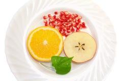 Früchte auf einer Platte, getrennt auf Weiß Lizenzfreies Stockbild