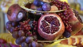 Früchte auf einer Tabelle stock video footage
