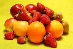 Früchte auf gelbem Hintergrund Stockbilder