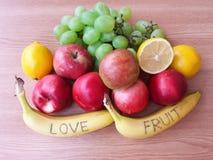 Früchte auf hölzernem Hintergrund Stockfotos