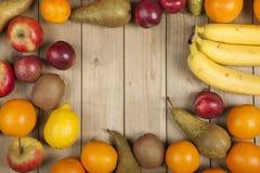 Früchte auf hölzerner Planke Stockfoto