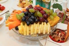Früchte auf Platte Lizenzfreies Stockfoto