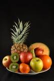 Früchte auf Schwarzem lizenzfreie stockbilder