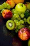 Früchte auf Schwarzem stockfoto