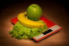 Früchte auf Skala. Lizenzfreie Stockfotos