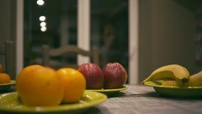 Früchte auf Tabelle stock video