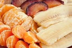 Früchte auf Teller, obere Ansicht lizenzfreies stockfoto