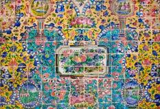 Früchte, Blumen und Niederlassungshintergrund von bunten Keramikfliesen Stockbilder
