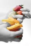 Früchte in den Händen Lizenzfreies Stockfoto