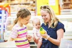 Früchte der Frau und des kleinen Mädchens Einkaufs Lizenzfreies Stockbild