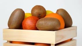Früchte, die in Holzkiste sich drehen stock video footage