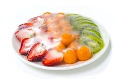 Früchte, die mit Plastikfilmbewahrung auf einer Tabelle eingewickelt werden Stockfotografie