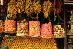 Früchte an einem indischen Marktströmungsabriß Stockbilder