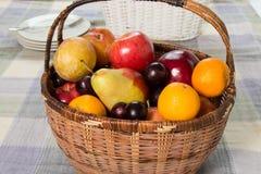 Früchte in einem Korb Stockbilder