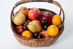 Früchte in einem Korb Lizenzfreie Stockbilder