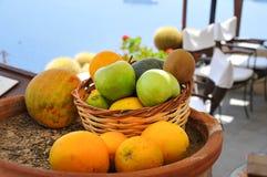 Früchte in einem Korb Stockfotos