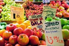 Früchte für Verkauf an einem System Stockfotos