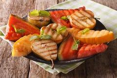 Früchte gegrillt mit Minzenabschluß oben auf einer Platte horizontal lizenzfreie stockfotografie