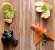 Früchte, Gemüse, Kräuter auf hölzernem Schneidebrett Lizenzfreies Stockbild