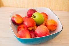 Früchte im bown stockfotos