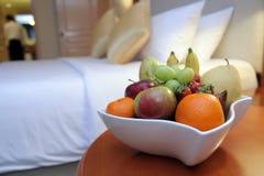 Früchte im Hotelzimmer Stockfotos