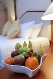 Früchte im Hotelzimmer stockbild