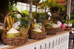 Früchte im Korb auf Regalen kippten nach rechts Stockbild