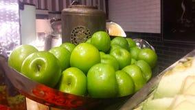 Früchte in Israel Israelische grüne Äpfel auf einem Weinlesebehälter lizenzfreie stockbilder